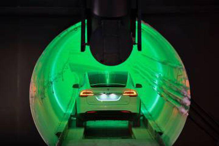 Um Tesla Modelo X modificado, no túnel.