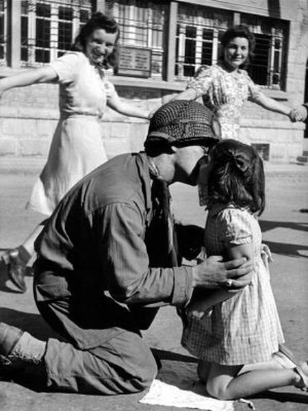 'O beijo da libertação', foto de 15 de agosto de 1944 em Saint-Briac-sul-Mer (França).