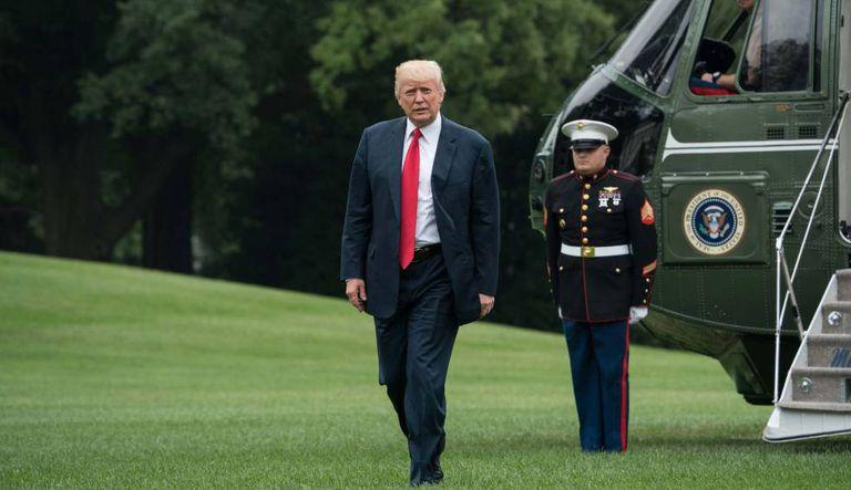 Donald Trump caminha para a Casa Branca nesta segunda-feira.