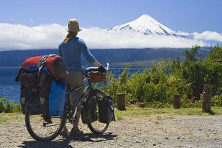 Uma cicloturista contemplando o vulcão Osorno, na região dos Lagos, em Chile.