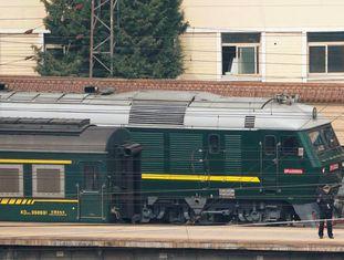 Vários agentes protegem trem procedente da Coreia do Norte que chegou nesta quarta-feira a Pequim.