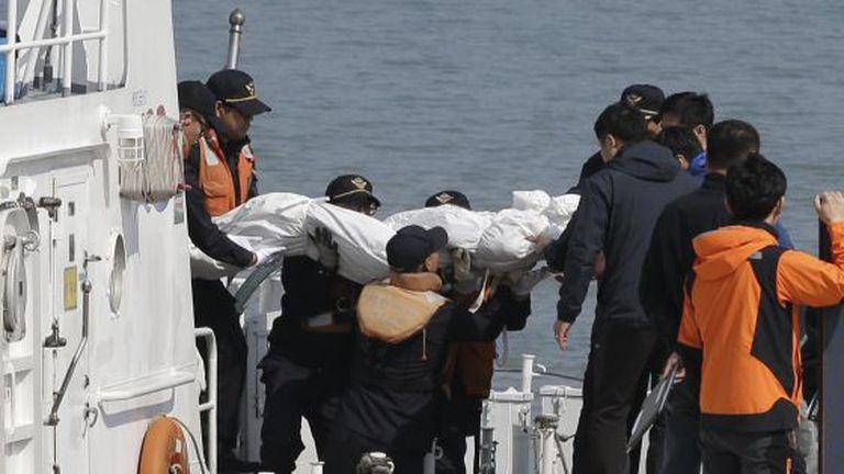 Traslado de uma vítima do naufrágio ao porto de Jindo.