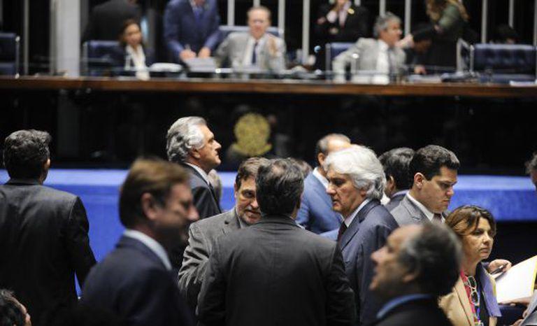Delcídio do Amaral entre colegas em sessão do Senado do dia 24 de novembro.