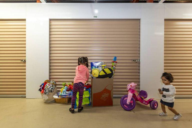 Duas meninas venezuelanas na sexta-feira em Miami no armazém da ONG Venezuelan Awareness.