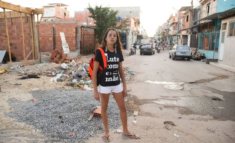 Bruna da Silva, perto do local em que seu filho foi baleado.