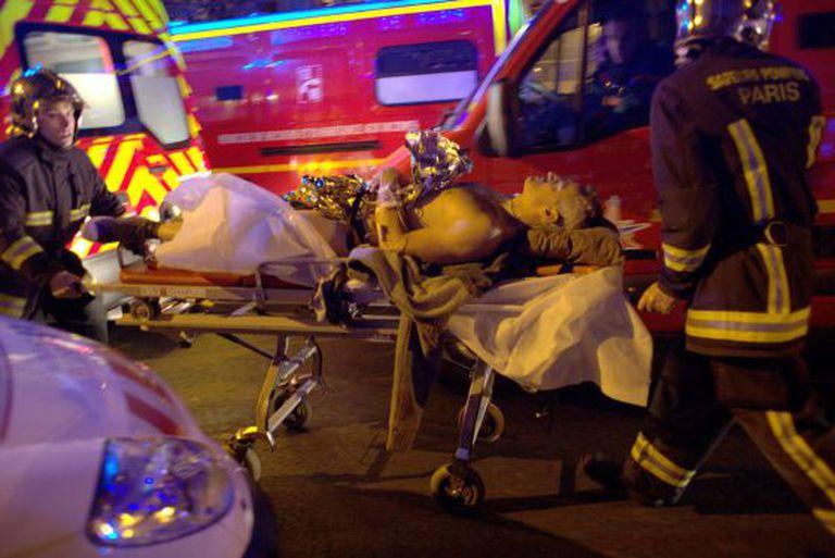 Jovem socorrido após ataque à casa de espetáculos Bataclan, em Paris.
