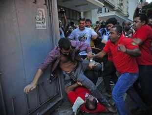 Confronto entre manifestantes que protestavam contra a corrupção e os que faziam ato em defesa da Petrobras, em fevereiro, no Rio.