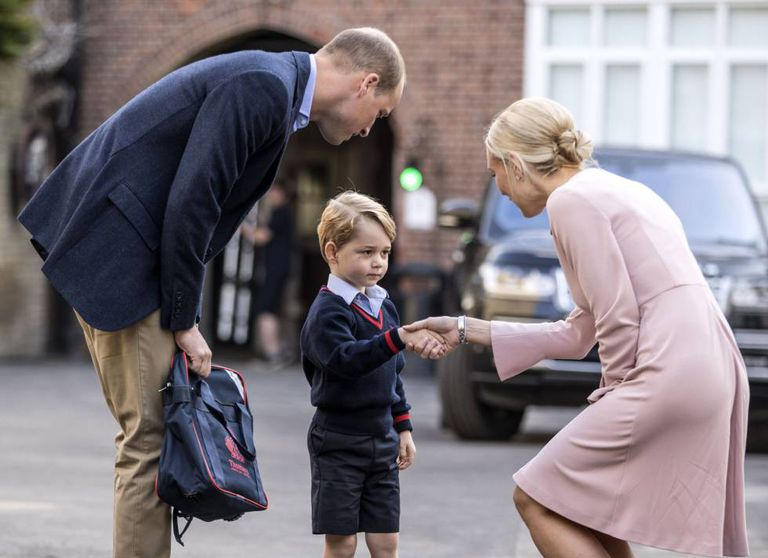 O príncipe George, com seu pai o príncipe William, em seu primeiro dia no colégio Thomas's Battersea.