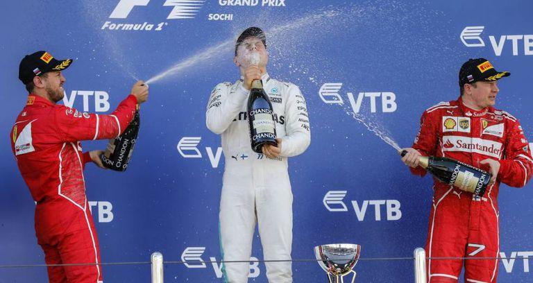 Botta, no pódio com Raikkonen (esquerda) e Vettel.
