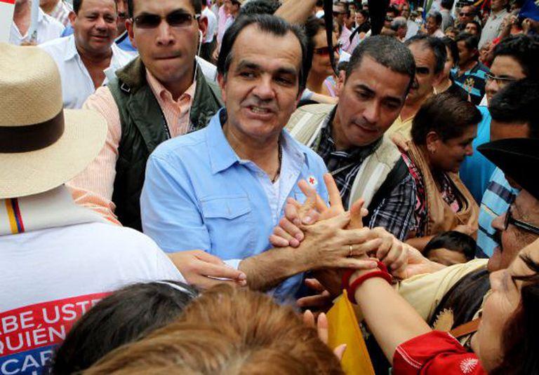 Óscar Iván Zuluaga (centro), ontem em Villeta.