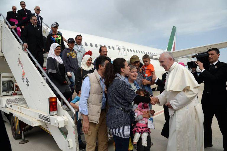 O Papa despede-se em Roma do grupo de refugiados aos que trouxe em seu avião desde a ilha de Lesbos.