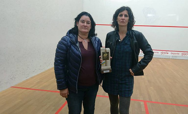 Maribel Toyos e Elisabet Sadó, com o troféu dado a esta última