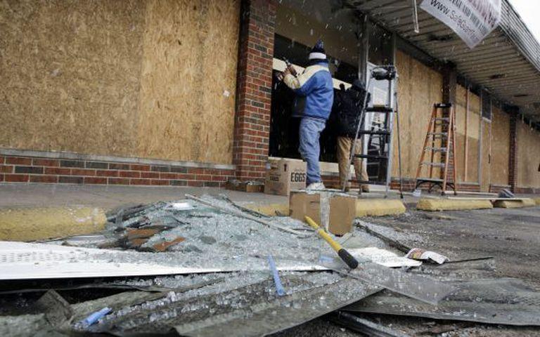 Obras de reconstrução depois dos distúrbios em Ferguson.