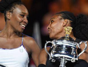 Venus e Serena posam com seus respectivos troféus em Melbourne.