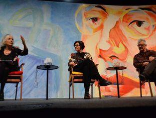 Sessão de abertura da Flip, Beatriz Sarlo (à esq.), Eliane Moraes (centro) e Eduardo Jardim (à dir.)