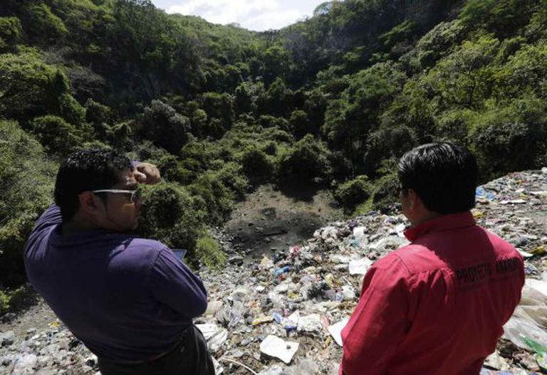 Dois homens observam o lixão de Cocula, no Estado de Guerrero.