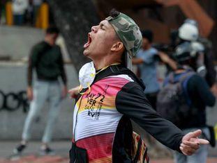 Manifestante participa de protesto em Caracas.
