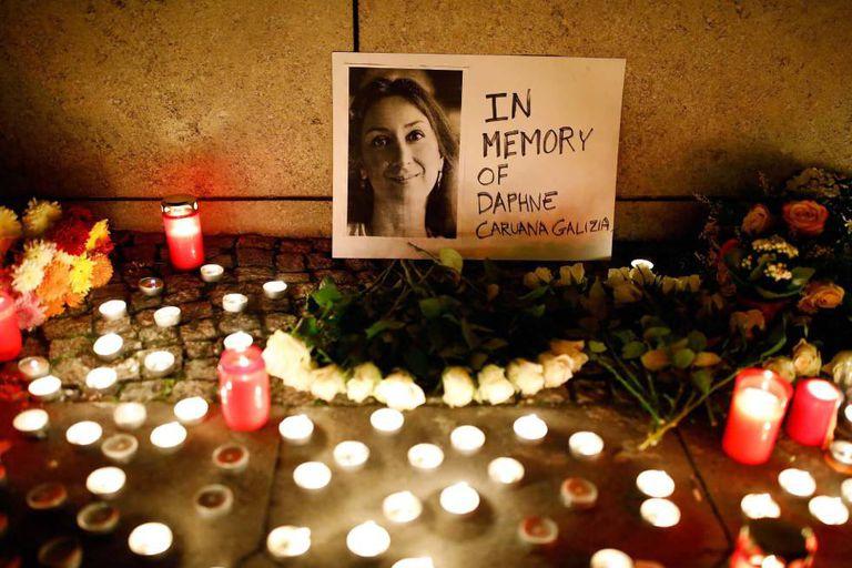 Velas junto a uma imagem de Daphne Caruana Galizia.