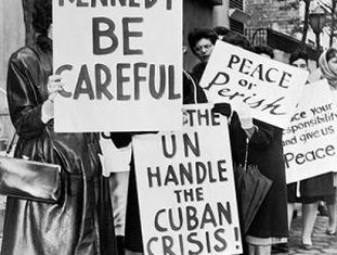 Um grupo de mulheres se manifesta a favor da paz durante a crise dos mísseis, em 1962.