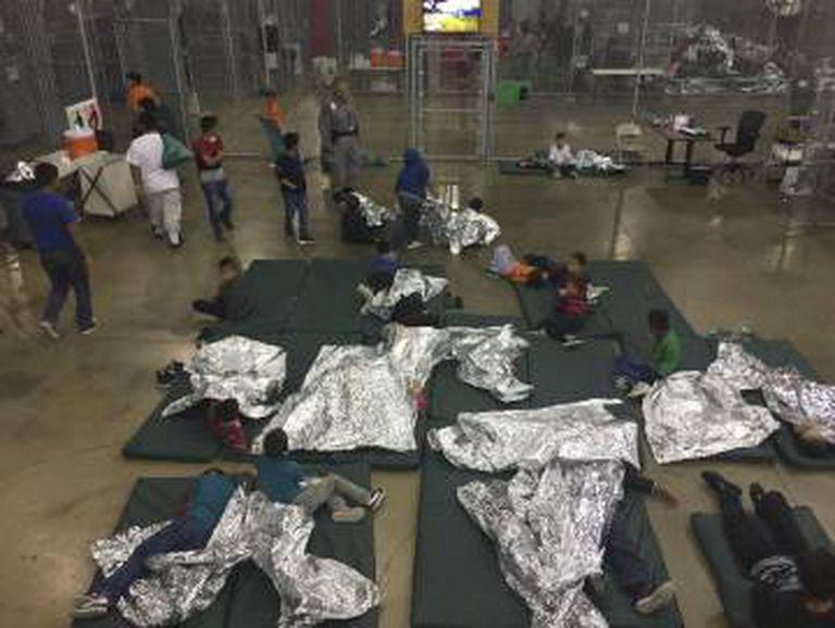 Crianças imigrantes em um centro de detenção em McAllen (Texas) em uma fotografia difundida o 17 de junho pela policial fronteiriça