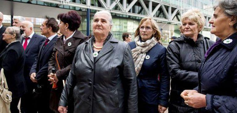 Mulheres de Srebrenica antes de entrar no Tribunal de Haia (Holanda) para assistir a uma audiência sobre seu caso