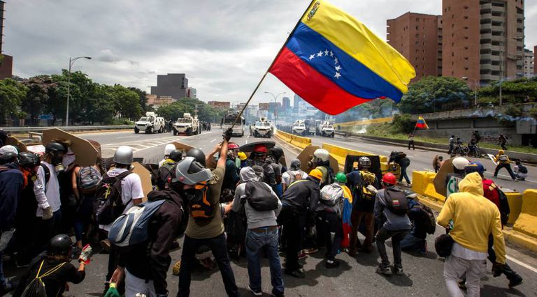 Confronto entre manifestantes e a Guarda Bolivariana em Caracas, na Venezuela, em maio de 2017.