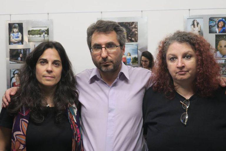 Analía Kalinec (esquerda), Pablo Verna e Lorna Milena, nesta terça-feira em Buenos Aires.
