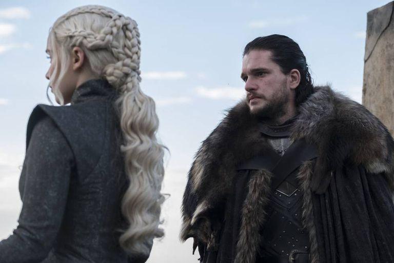 Daenerys e Jon conversam.