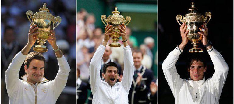 Roger Federer, Rafael Nadal e Novak Djokovic com os troféus de Wimbledon.
