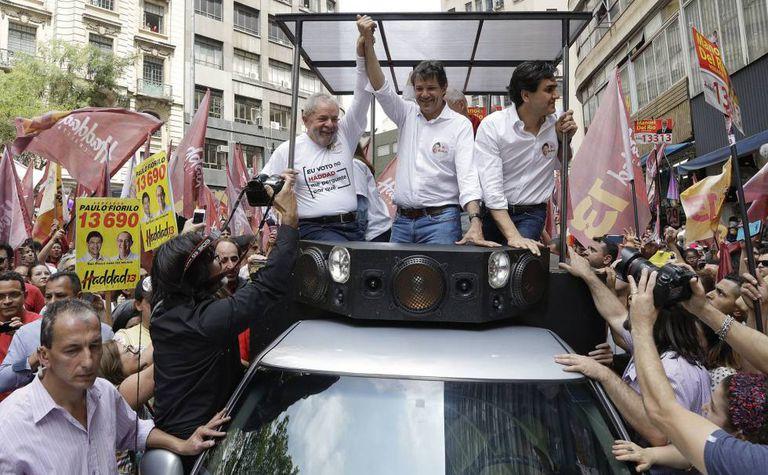 Fernando Haddad, que tenta a reeleição, em carreata com o ex-presidente Lula seu vice, Gabriel Chalita, na sexta-feira.