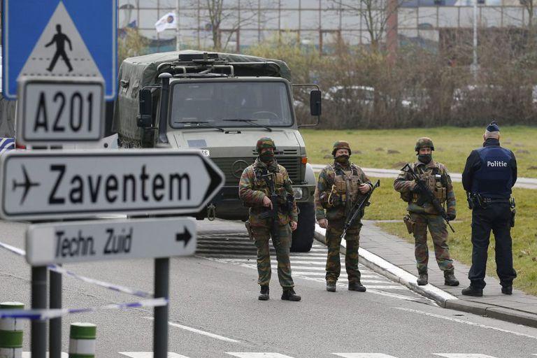 Soldados e policiais patrulham as imediações do aeroporto de Zaventem em Bruxelas.