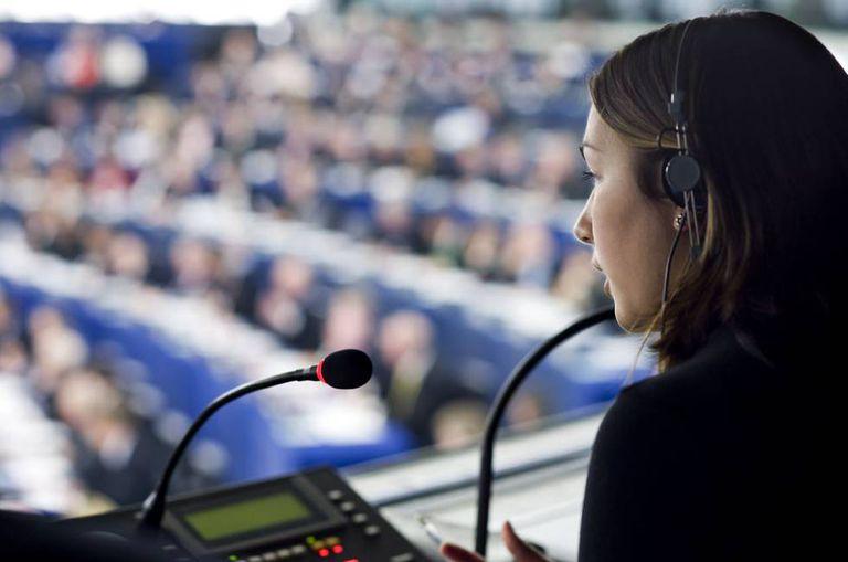 Tradutora trabalha durante sessão do Parlamento Europeu.