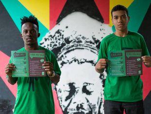 Arthur Viana e Lucas Fordes vivem a favela da Maré, Rio de Janeiro.