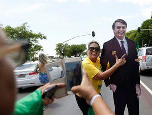 Duas seguidoras de Bolsonaro fotografam-se junto a uma figura de cartão do candidato ultraderechista.