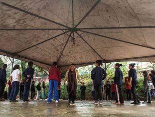 Alunos da Amorim Lima em aula no pátio externo da escola
