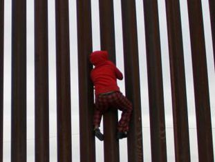 Criança escala a barreira entre os EUA e o México na localidade de Sunland Park