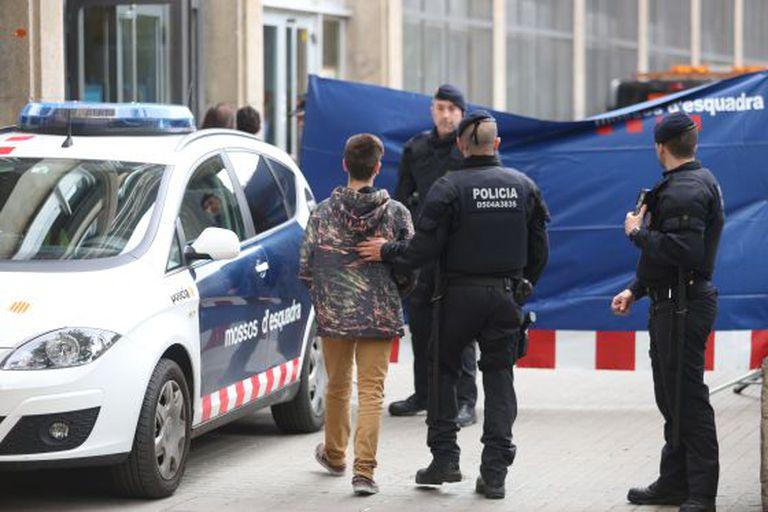 Um aluno do IES Joan Fuster acompanhado por vários agentes dos Polícias catalães d' Esquadra.