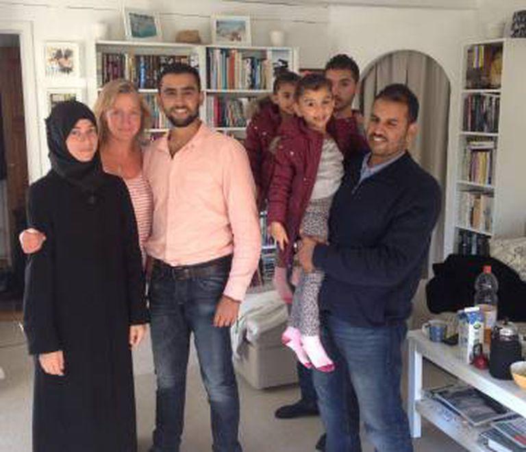 Lisbeth Zornig, segunda à esquerda, com a família Rasheed, em sua casa em Copenhage.
