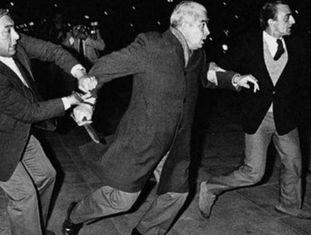 Em 1984, Menéndez atacou com uma faca manifestantes que o insultavam.