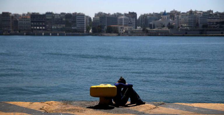 Uma refugiada descansa no porto grego de Pireo.