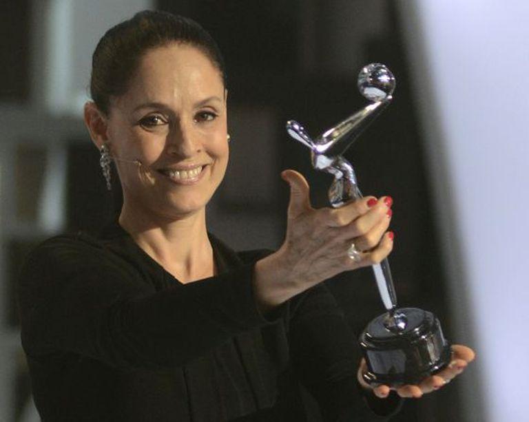 Sônia Braga sorri após receber o troféu dos prêmios Platino.