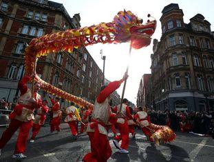 Artistas participam do desfile em comemoração ao último Ano Novo Chinês em Londres.