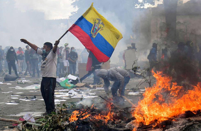 Manifestante durante os protestos no Equador, neste sábado, em Quito.