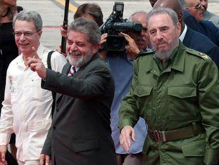 O ex-presidente Lula com Fidel Castro e o religioso Frei Betto, em Bogotá, na Colômbia, em setembro de 2003.