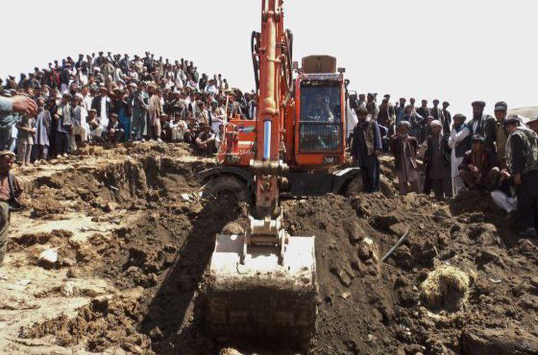 A única escavadeira que pode buscar sobreviventes de deslizamento no Afeganistão.