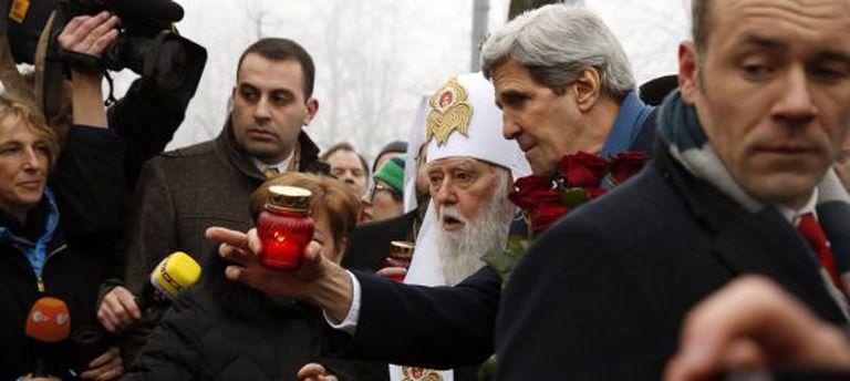 O secretário de Estado dos EUA, John Kerry, em sua visita à Maidan de Kiev.