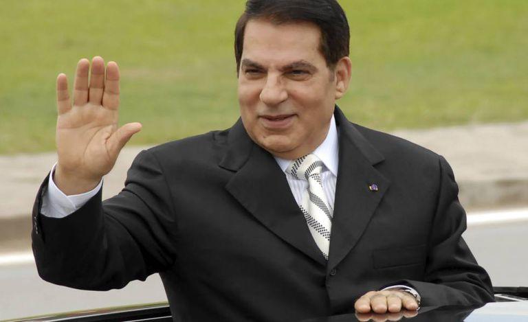 Zine el Abidine Ben Ali, então presidente da Tunísia, acena de um carro em Rades, perto da capital do país, em 2009.