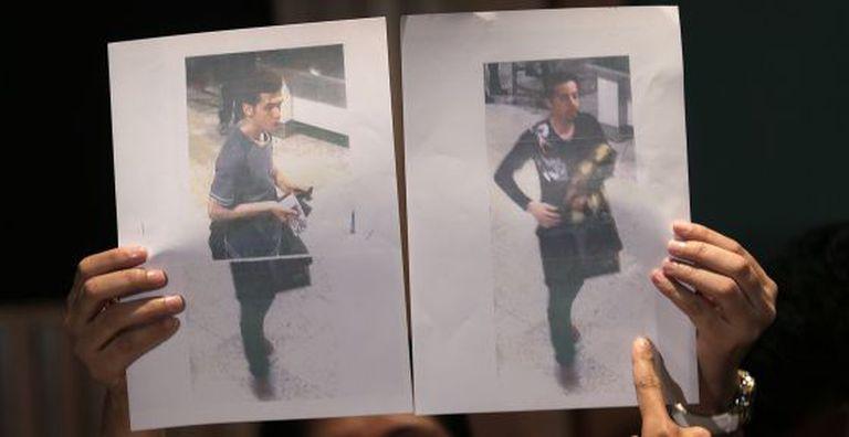 A polícia mostra as imagens de dois passageiros que voaram com passaporte roubado no voo desaparecido. À esquerda, o iraniano Pouria Nour Mohammad Mehrdad.