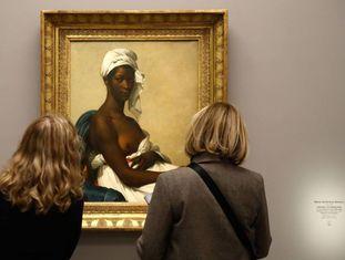 Mulheres contemplam a obra 'Retrato de Madeleine' (1800), de Marie-Guillemine Benoist, no Museu d'Orsay