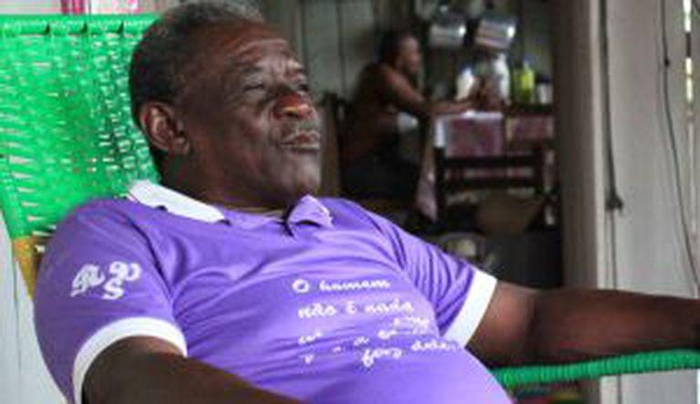 Aloízio dos Santos, de 64 anos, é um quilombola cuja família vive em casas ao redor da sua. Em sua sala, uma das poucas com chão de cimento, conta as memórias dos seus avós, acolhidos pelos índios.